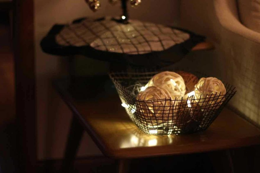DIY: Raffia balls, lights and a basket!